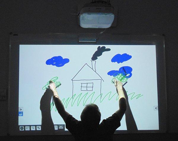 При неправильной установке интерактивной доски тень от пользователя скроет информацию на экране
